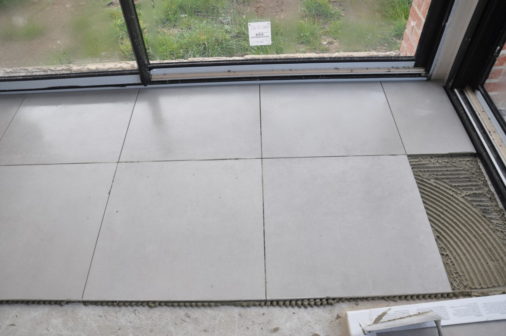 Pose du carrelage floor gres industrial maisons constructeur for Dcaper du carrelage